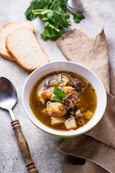 Soupe végétarienne aux champignons et légumes