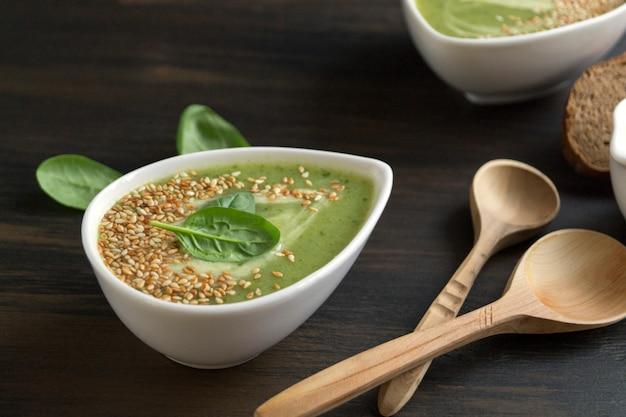 Soupe végétarienne aux épinards dans une assiette blanche.