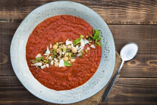 Soupe végétarienne aux tomates, au brocoli et aux pois chiches detox