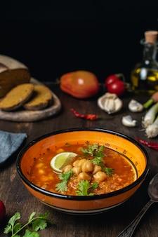 Soupe végétarienne ou végétalienne aux légumes, lentilles et pois chiches, source de protéines