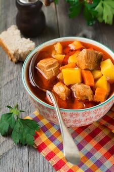 Soupe de viande estofado avec pommes de terre, carottes et assaisonnements