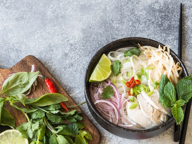 Soupe vietnamienne traditionnelle - pho ga avec poulet et nouilles au riz