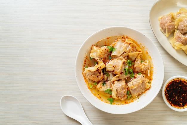 Soupe wonton de porc ou soupe de boulettes de porc avec chili rôti - style cuisine asiatique