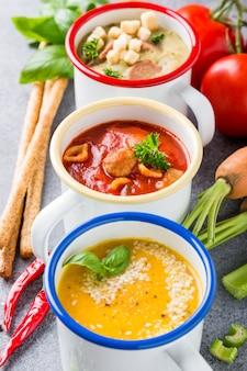 Soupes assorties maison avec des ingrédients