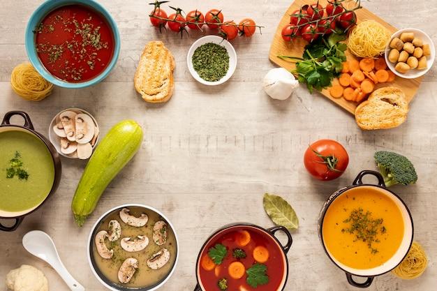 Les soupes à la crème de légumes et les ingrédients copient l'espace
