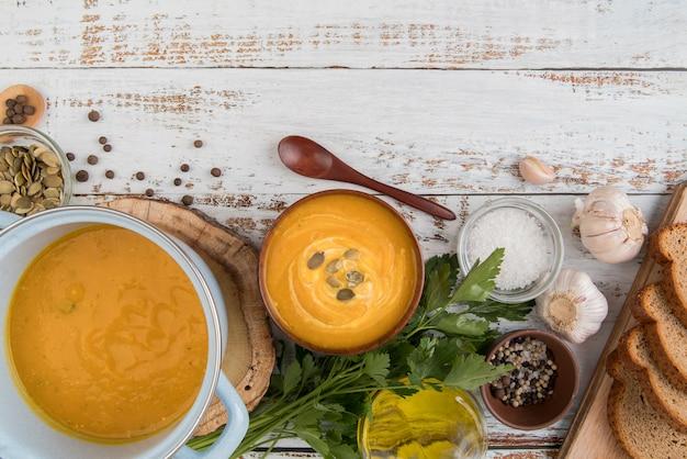 Soupes et ingrédients avec espace copie
