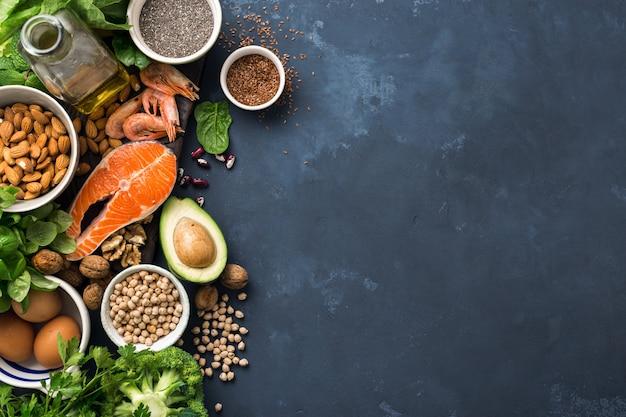 Sources alimentaires d'oméga 3 et de graisses saines à l'obscurité