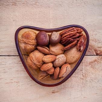 Sources alimentaires de sélection d'oméga 3 et graisses insaturées sur fond de bois.