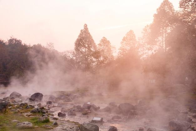 Sources chaudes dans le parc national de chae son, lampang, thaïlande
