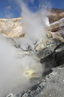 Sources chaudes géothermiques et de champ de fumerolles de paysage volcanique dans le cratère