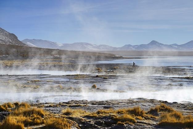 Les sources naturelles chaudes et son ruisseau, à uyuni, en bolivie.