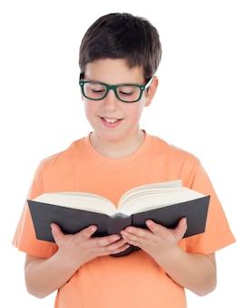 Souriant adolescent de treize ans en lisant un livre