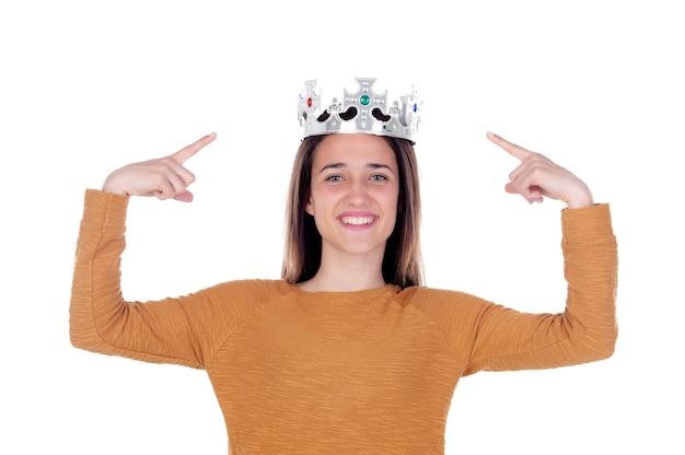 Souriant adolescente avec une couronne argentée sur la tête