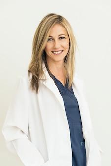 Souriant beau docteur à l'hôpital. debout. en regardant la caméra.