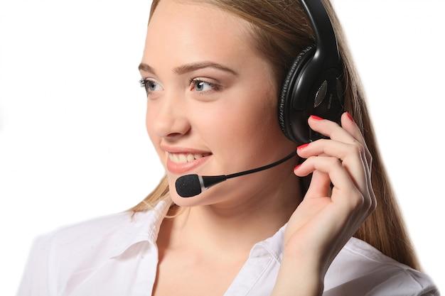 Souriant centre d'appels jeune femme prête pour le soutien et le contact, isolé sur fond blanc