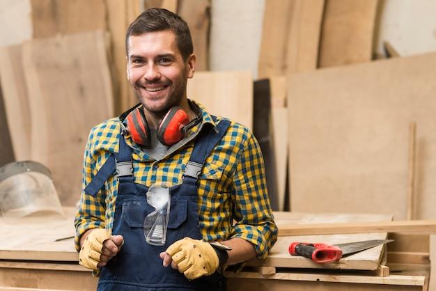 Souriant, charpentier, mâle, debout, devant, établi
