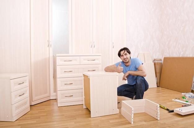 Souriant charpentiers de meubles pouces vers le haut