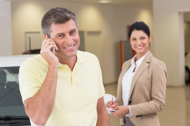 Souriant client appelant avec son téléphone portable