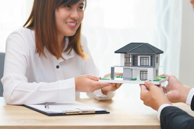 Souriant, client ou femme, achat, nouvelle maison, à, homme affaires, et, maison, modèle