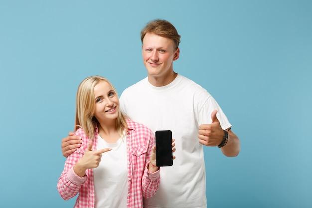 Souriant couple deux amis gars et femme posant