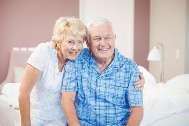Souriant couple de personnes âgées à la maison