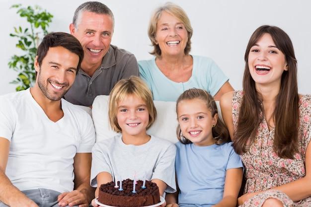Souriant famille célébrant avec un gâteau d'anniversaire
