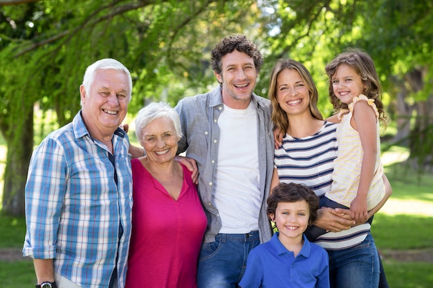 Souriant famille debout