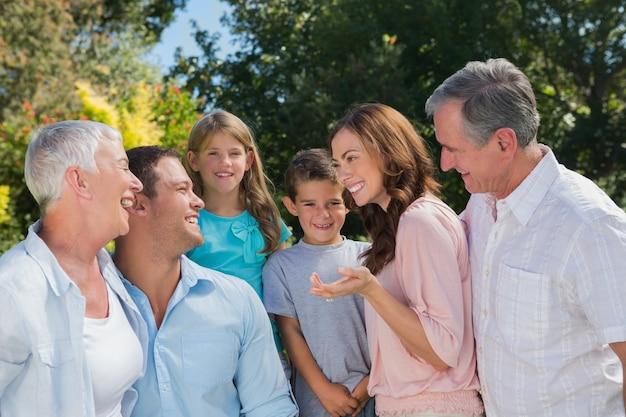Souriant famille et grands-parents parlant
