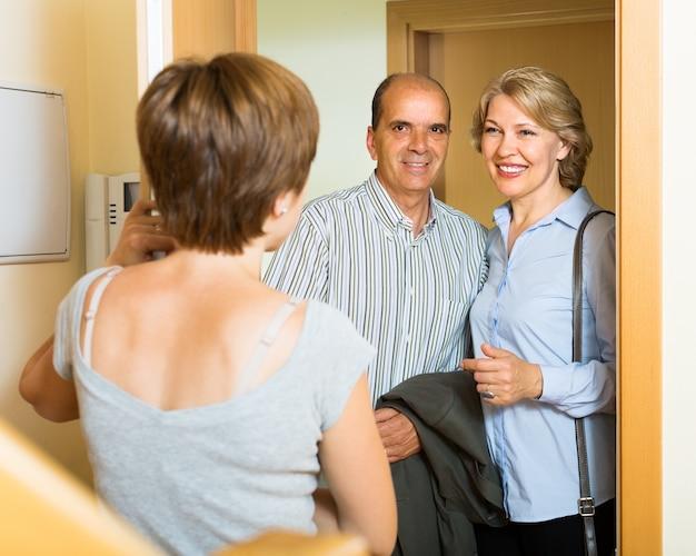 Souriant famille mature couple visitant sa fille