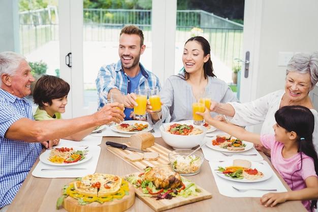Souriant famille multi génération toast jus
