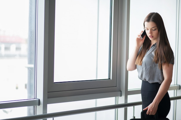 Souriant femme d'affaires parlant au téléphone
