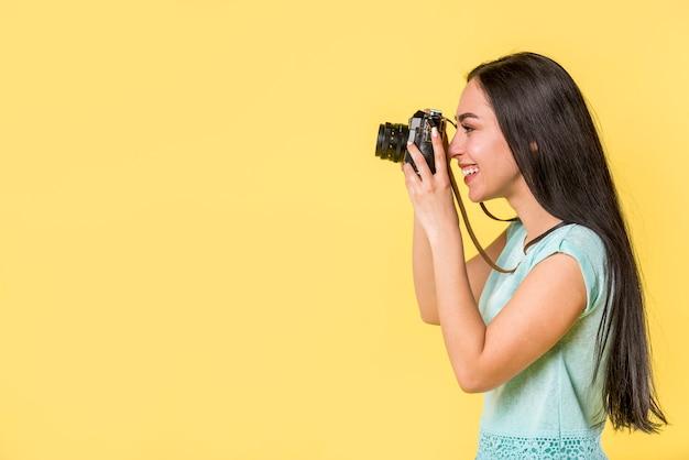 Souriant femme prenant une photo