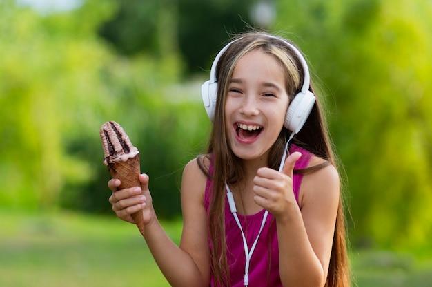 Souriant fille tenant un cornet de crème glacée