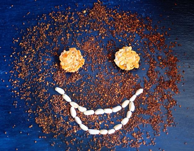 Souriant, formé sur le café instantané et la bouche avec des cacahuètes