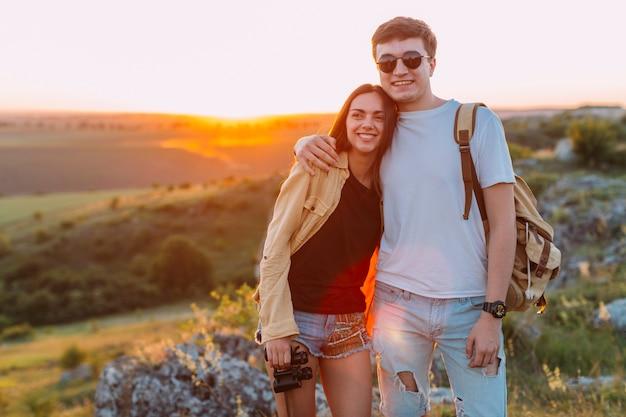 Souriant heureux jeune couple