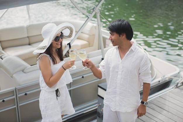 Souriant jeune couple tenant des verres de champagne et se regardant