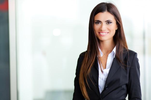 Souriant jeune femme d'affaires