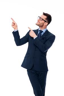Souriant jeune homme d'affaires pointant sur l'espace de copie