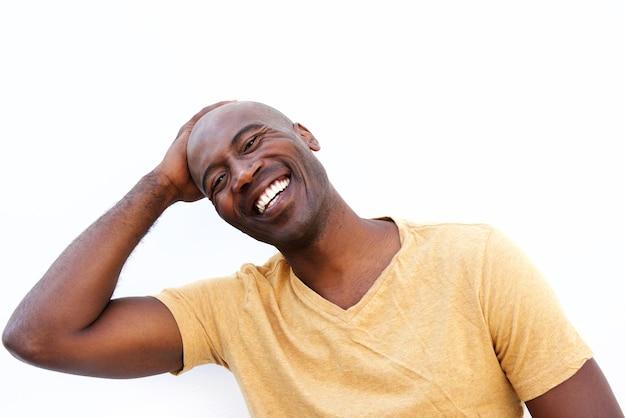 Souriant jeune homme africain sur fond blanc