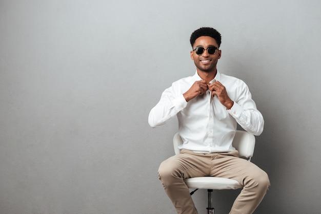 Souriant jeune homme africain à lunettes de soleil