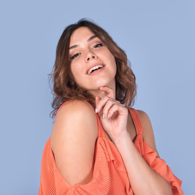 Souriant passionné femme en blouse tenant le menton