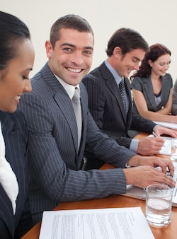 Souriant séduisant homme d'affaires lors d'une réunion