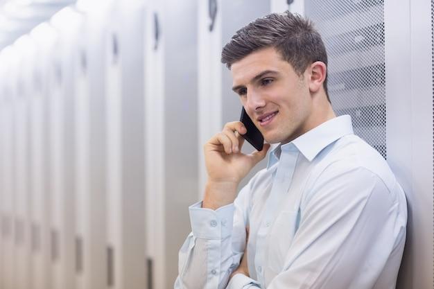 Souriant technicien sur le téléphone