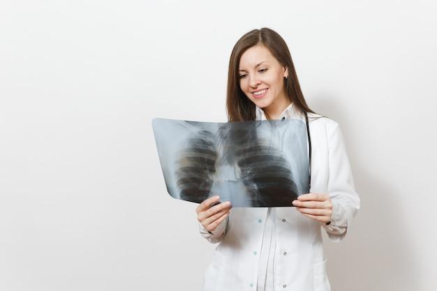 Souriante belle femme médecin avec radiographie des poumons, fluorographie, roentgen isolé sur fond blanc. femme médecin en stéthoscope de robe médicale. personnel de santé, concept de médecine. pneumonie.
