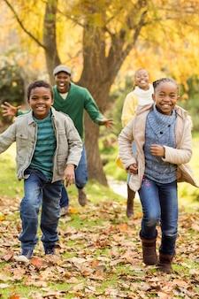 Souriante jeune famille jouant ensemble