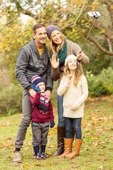 Souriante jeune famille prenant des selfies