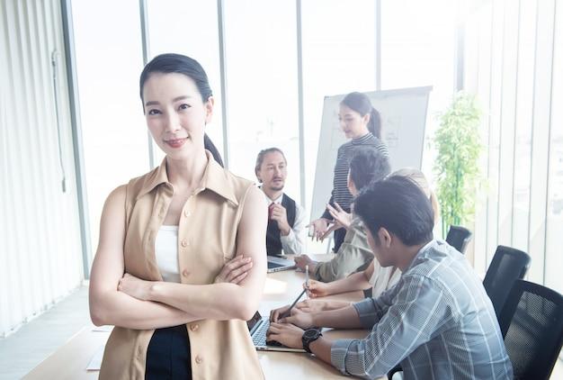 Souriante jeune femme d'affaires confiant au bureau