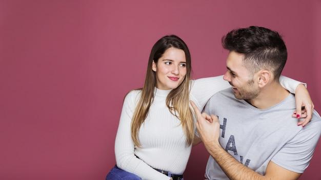 Souriante jeune femme étreignant homme heureux