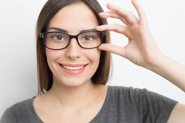 Souriante jeune femme à lunettes
