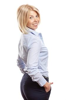 Souriante jeune femme avec des taches de rousseur sur son visage. vêtu d'un pantalon bleu et d'une chemise, style business. isolé sur fond blanc.